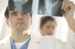Постановка диагноза гнойных пробок в горле